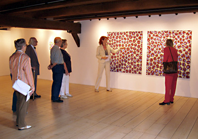 Ausstellung Mönchehaus Museum 2007 I Birgit Antoni I Schleuderball Dr. Bettina Ruhrberg, Direktorin Mönchehaus Museum Goslar, führt durch die Ausstellung  © 2007 Birgit Antoni, VG Bild-Kunst Bonn