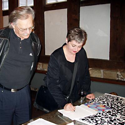 Ausstellung Mönchehaus Museum 2007 I Birgit Antoni I Schleuderball Immer etwas Besonderes - Die Künstlerin signiert