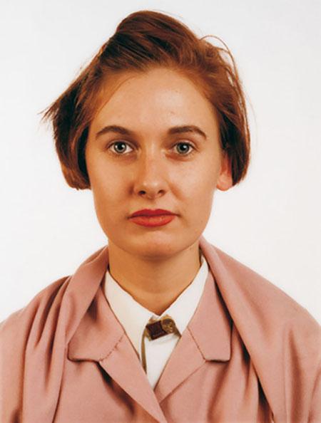 Thomas Ruff - Portrait (Leontine Coelewij), 1988, Cibachrom, 159 x 120 cm auf 202 x 160 cm Einblick - Fotografien aus der Sammlung der Städtischen Galerie Wolfsburg Ausstellung im Mönchehaus Museum Goslar