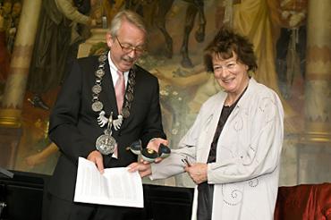 Der Oberbürgermeister Goslars Henning Binnewies überreicht Bridget Riley den Kaiserring