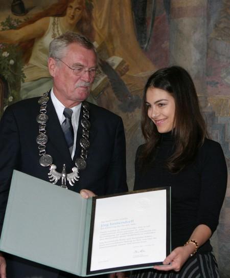Kaiserringverleihung 2007 - Oda Jaune empfängt in Vertretung ihres Mannes die Kaiserring-Urkunde aus den Händen von Oberbürgermeister Dr. Otmar Hesse Foto: Uwe Epping, Goslar