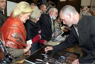 Matthew Barney signiert für sein  Publikum Foto: U. Epping